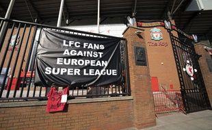 Les fans de Liverpool ont accroché une banderole contre le projet de Super Ligue sur les grilles d'Anfield, le 19 avril 2019.