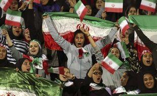 Des supporters iraniennes assistent à un match amical au stade Azadi de Téhéran, le 16 octobre 2016.