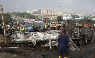 Au moins neuf personnes ont été tuées et des dizaines de voitures ont été incendiées jeudi dans l'explosion d'un camion-citerne sur un pont embouteillé de Lagos.