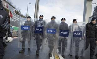 Les autorités turques traquent l'assaillant qui a tué 39 personnes qui fêtaient le Nouvel An dans une boîte de nuit d'Istanbul.