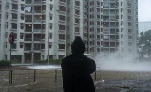Le typhon Mangkut frappe la Chine, comme sur cette photo prise à Hong Kong, après avoir fait au moins 25 morts aux Philippines.