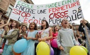 """Nicolas Sarkozy a annoncé jeudi un """"projet de loi"""" avant l'été instaurant un """"droit à l'accueil des enfants"""" dans les écoles primaires les jours de grève, au soir d'une forte mobilisation du secteur éducatif, provoquant l'indignation des syndicats pour qui il a """"franchi la ligne rouge""""."""