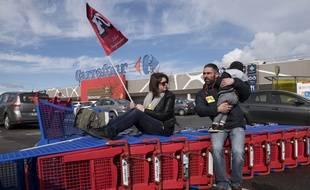 Des employés Carrefour en grève à Nantes, le 31 mars 2018.