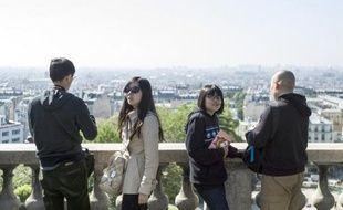 Des touristes chinois visitent la butte Montmartre, à Paris