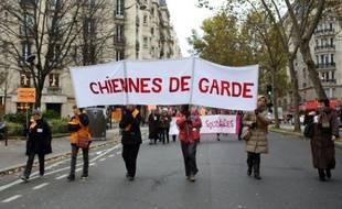 Des militantes de l'association féministes Chiennes de garde manifestent à Paris le 23 novembre 2013