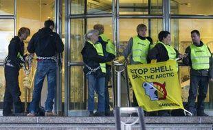 Des militants de Greenpeace, 70 selon l'association, 30 selon la police, ont bloqué vendredi matin les accès du siège de Shell à La Haye pour dénoncer un projet de forage dans l'Arctique du groupe anglo-néerlandais, a-t-on appris de sources concordantes.