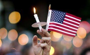 Une bougie et un drapeau américain lors d'un hommage aux victimes d'Orlando, à Atlanta, le 12 juin 2016.
