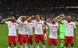 Imités par des footballeurs amateurs, les joueurs turcs avaient exprimé, lors du match face à la France, leur soutien à l'offensive de leur pays en Syrie.