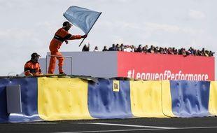 Le drapeau bleu signifie à un concurrent qu'un autre, plus rapide car dans une catégorie supérieure, est en passe de le doubler.