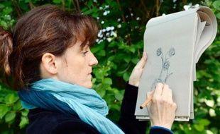Marthe Mulkey, dessinatrice du Muséum national d'Histoire Naturelle,dessine des coloriages pour adultes à Paris, le 29 avril 2014