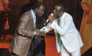 Thione Seck, à gauche, et Youssou Ndour, lors d'un concert à Dakar en septembre 2012.