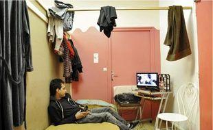 Nassim, 31 ans, diplômé en langues, vivait sous une tente à Paris avant d'arriver au centre.