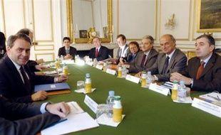 Le gouvernement entame mercredi avec la CGT et la CFDT une nouvelle série de discussions sur les régimes spéciaux de retraite, alors que les syndicats de cheminots et de la RATP agitent la menace d'une grève en novembre et pourraient être rejoints par le secteur de l'énergie.