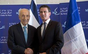 L'ancien président israélien Shimon Peres avec le Premier ministre français Manuel Valls en déplacement officiel en Israël, le 22 mai 2016 à Tel Aviv.