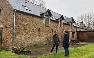 Laura Hurel et Yves-Marie Boquien devant le bâtiment principal de la ferme de Ker Madeleine.