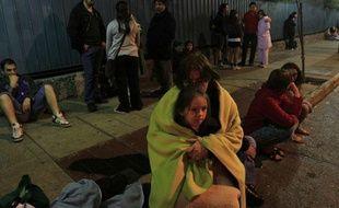 Les gens attendent dans la rue à Santiago du Chili, la capitale, après le violent séisme qui a touché le nord du pays, le 27 février 2010.