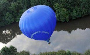 Une montgolfière sur la Sarthe en France, le 20 août 2014