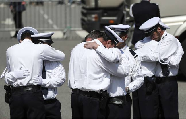 Des officiers de police se serrent dans les bras lors de la cérémonie d'hommage, à Versailles, au couple de policiers tués à Magnanville par un terroriste se revendiquant de Daesh. Kamil Zihnioglu/AP/SIPA