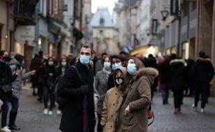 Des Français avancent masqués ce 27 décembre 2020, à Rouen.