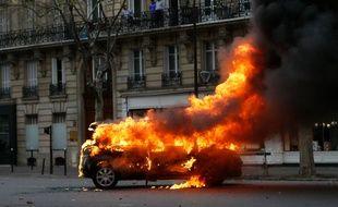 """Une voiture en feu à Paris lors de la manifestation """"gilets jaunes"""" du samedi 8 décembre."""