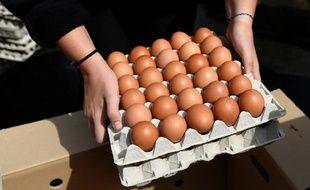 Carrefour a annoncé ce jeudi qu'elle allait étendre à ses magasins européens (9.500 aujourd'hui) sa décision de ne plus proposer aucun œuf issu de poules élevées en batterie.