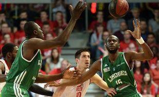 A l'image de Colo-Nobel Boungou (en vert) face à Anthony Labanca, Limoges a pris le dessus sur Strasbourg, lundi, lors match 2 de la finale de Pro A.
