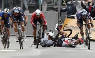 La chute de Caleb Ewan et de Peter Sagan juste avant l'arrivée à Pontivy.