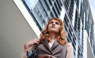 Une jeune devant une entreprise.