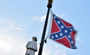 Le drapeau confédéré devant le monument aux morts des victimes de la guerre civile à Columbia (Caroline du sud), le 20 juin 2015