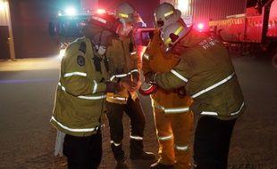 Des pompiers et pompières préparent leur stratégie en Australie.
