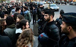 Des gendarmes font face à des dizaines de personnes manifestants en soutien aux migrants et contre l'état d'urgence à Paris le 22 novembre 2015