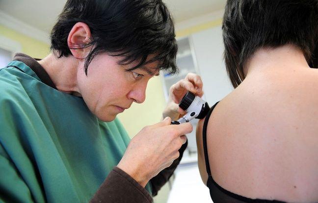 Illustration d'une dermatologue qui observe à l'aide d'un dermatoscope un grain de beauté sur le dos d'une patiente, dans le cadre de la prévention du mélanome.