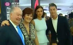Cristiano Ronaldo et Irina Shayk avec les parents du Portugais, en décembre 2013.