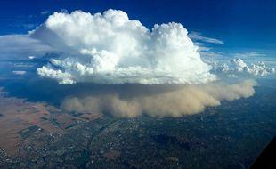 Tyler Herrick, unsteward d'American Airlines, a photographié la tempête de sable qui a recouvert le dimanche 21 août la ville de Phoenix (Etats-Unis). Sa photo a eu un joli succès sur Twitter.