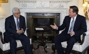 """Le """"temps presse"""" pour la mise en oeuvre d'une solution de paix négociée au Proche-Orient prévoyant la mise en place de deux Etats israélien et palestinien, a estimé le Premier ministre britannique David Cameron à l'issue d'une rencontre avec le président Mahmoud Abbas à Londres."""