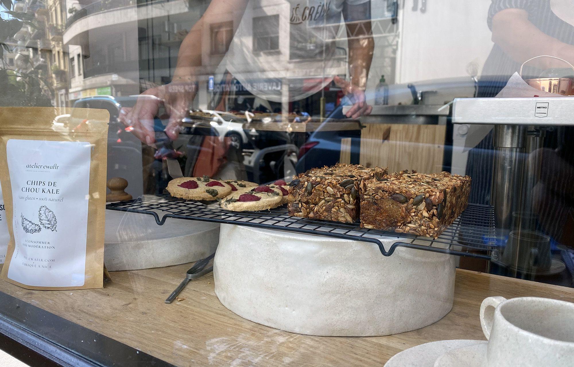 Des biscuits au sarrasin et à la framboise (sans gluten) et du pain aux graines de l'atelier Ewa Flr à Nice