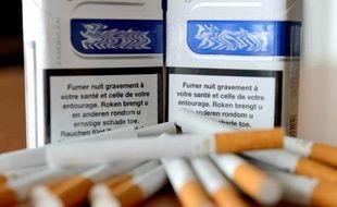 """Le président François Hollande dévoile mardi un nouveau plan cancer qui devrait mettre l'accent sur la lutte contre les inégalités face à la maladie et se prononcer sur l'épineuse question du tabac, la principale cause """"évitable"""" de cancer."""