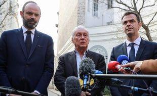 Le président du Conseil scientifique sur le Covid-19, Jean-François Delfraissy, encadré par le Premier ministre Edouard Philippe et le ministre de la Santé Olivier Véran, le 13 mars 2020 à Beauvau.