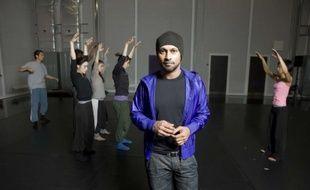 Akram Khan à Leicester, en Angleterre, avec les danseurs de son spectacle «Vertical Road», le 7 septembre 2010
