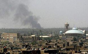 Au moins 22 personnes ont été tuées dimanche en Irak dont 17 dans une série d'attentats visant des quartiers chiites et sunnites de la capitale, tandis que 12 insurgés ont péri, ont annoncé des sources médicales et de sécurité.
