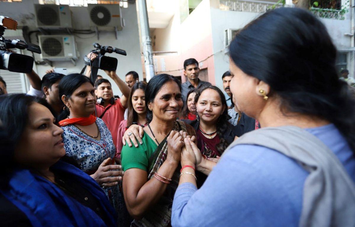 La mère de la victime du viol collectif de Delhi dans une manifestation après l'exécution des quatre violeurs. — STR / AFP