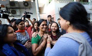 La mère de la victime du viol collectif de Delhi dans une manifestation après l'exécution des quatre violeurs.