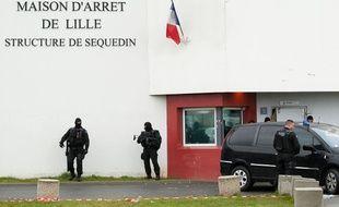 Des voitures de surveillants ont été incendiées sur le parking de la maison d'arrêt de Sequedin (illustration).