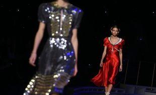 Des mannequins présentent des créations de l'Américain Tommy Hilfiger durant la Fashion Week de New York, le 15 février 2016