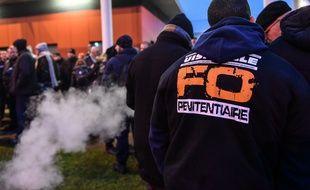 Des surveillants pénitentiaires manifestent devant la prison de Vendin-le-Vieil, le 12 janvier, après l'agression de trois gardiens par un détenu radicalisé.