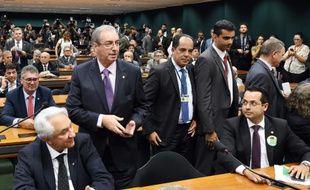 Eduardo Cunha (G) et des membres du PMDG le 29 mars 2016 à Brasilia