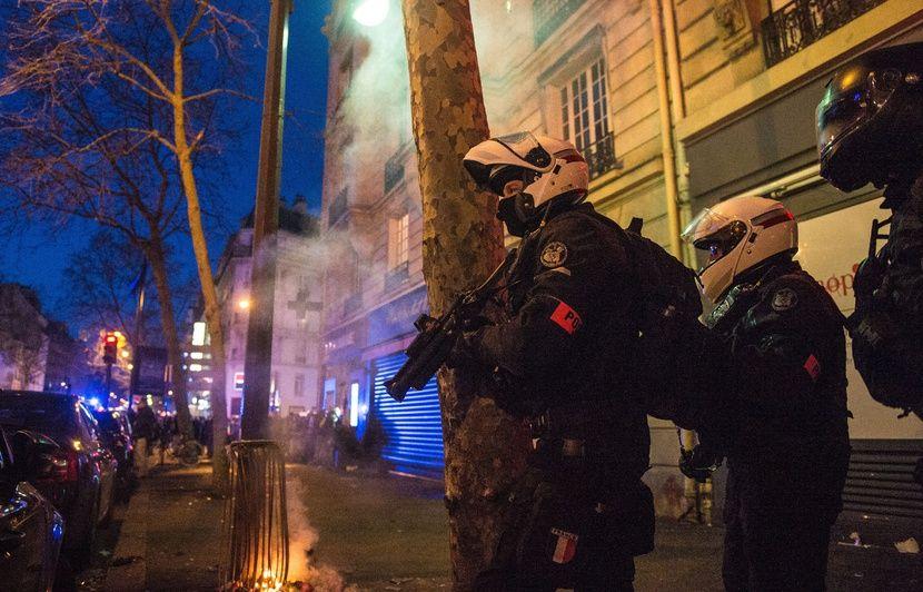 VIDEO. Violences policières : Enquête ouverte après la vidéo d'un homme frappé au sol par un policier