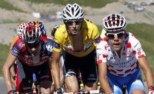 Cadel Evans (à gauche), Frank Schleck (au centre) et Benrhard Kohl (à droite) dans l'ascension de la cime de la Bonette, le 22 juillet 2008 lors de la 16e étape du Tour de France 2008.