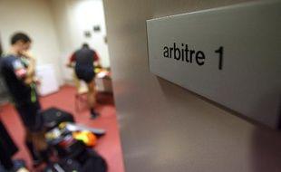 Les arbitres se préparent avant le match Nancy - Marseille, le 16 décembre 2006.