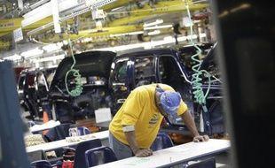 La baisse des nouvelles inscriptions au chômage s'intensifie aux Etats-Unis, selon des chiffres publiés jeudi à Washington par le département du Travail.